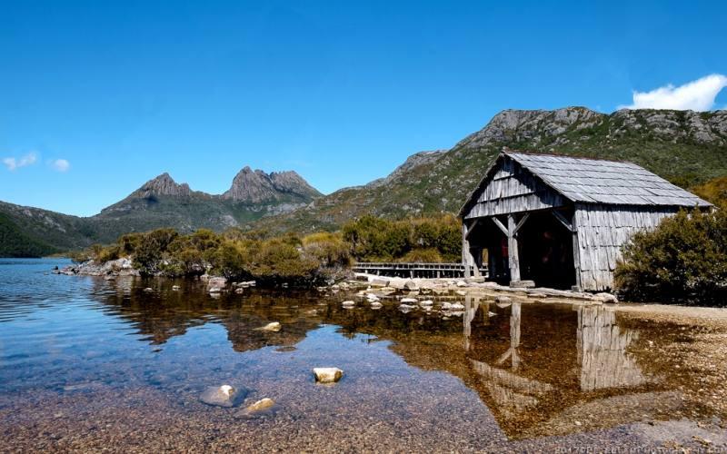 """Ex-deposito delle barche """"Dove Lake Boatshed"""" nel lago di Cradle Mountain in Tasmania"""