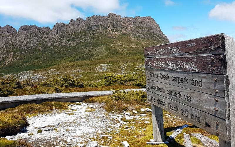 Segnaletica percorsi alla base di Cradle Mountain in Tasmania