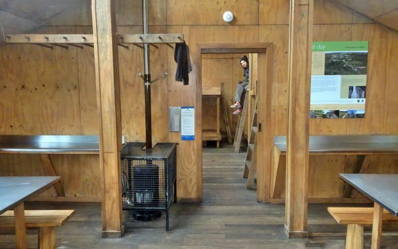 """Interno del piccolo rifugio """"Windermere Hut"""" lungo l'Overland Track in Tasmania"""
