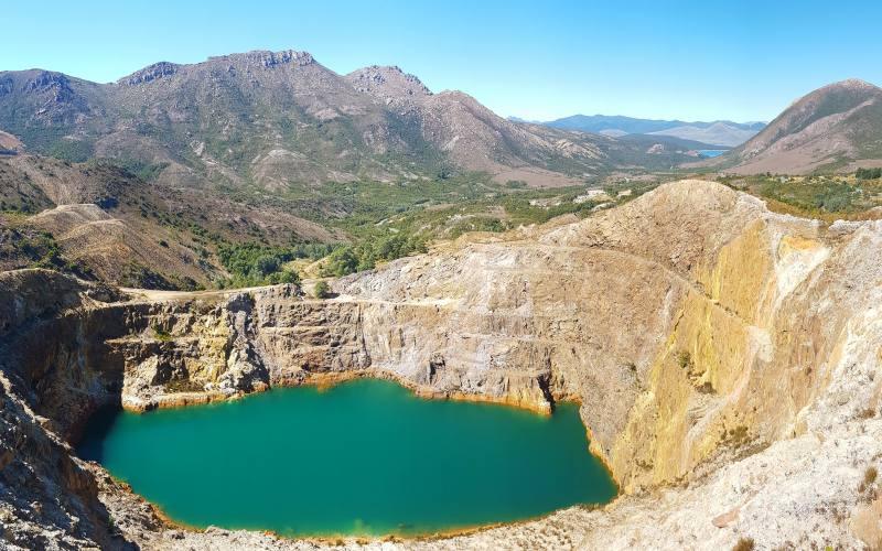 """Punto panoramico sulla laguna di una miniera di ferro in Tasmania chiamata """"Iron Blow"""""""