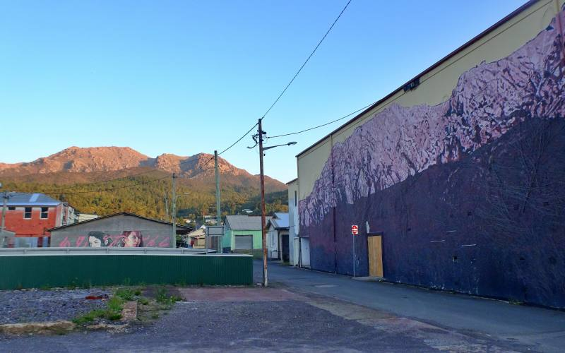 Murales con vista montagne nella cittadina di Queenstown in Tasmania