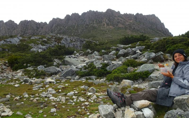 Pranzo al sacco fuori dal Kitchen Hut con vista Cradle Mountain in Tasmania