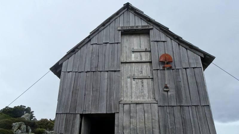 La facciata del rifugio Kitchen Hut alla base di Cradle Mountain in Tasmania