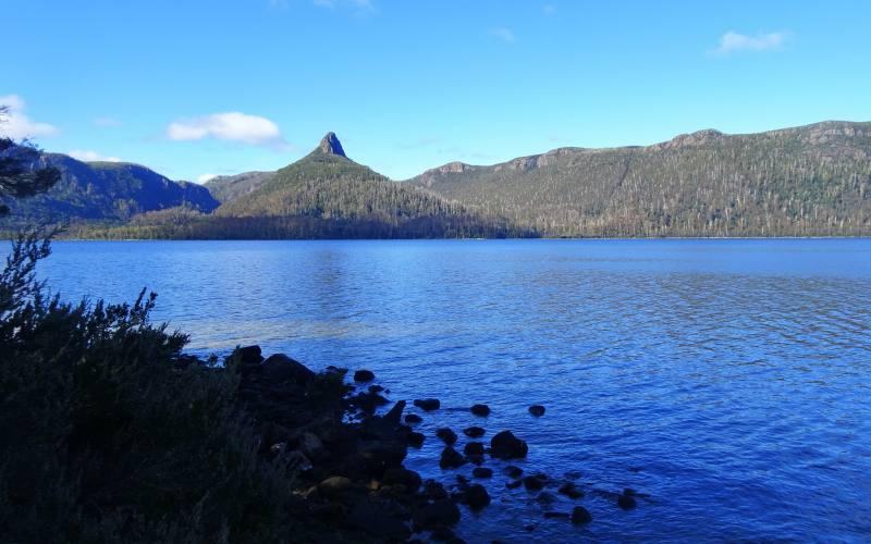 Vista del Mount Ida sulle sponde del Lake St Clair durante l'Overland Track in 7 giorni