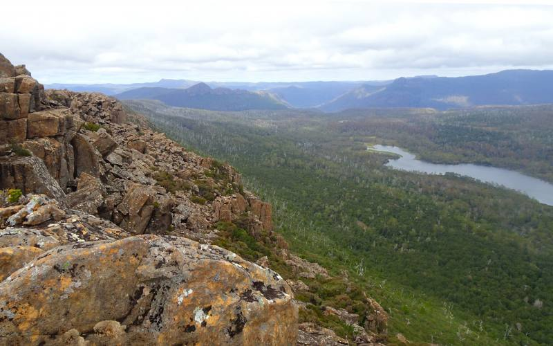 Vista panoramica, con aquila, dalla cima della montagna Mount Oakleight durante l'Overland Track in 7 giorni