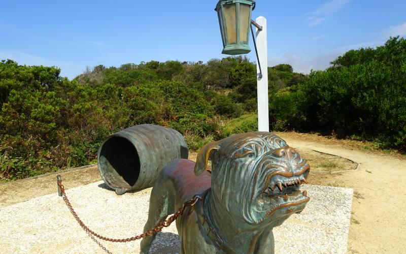 """Statua in ricordo alla """"Dog Line"""" dei cani guardiani nell'istmo dell'ex colonia penale della Tasman Peninsula"""