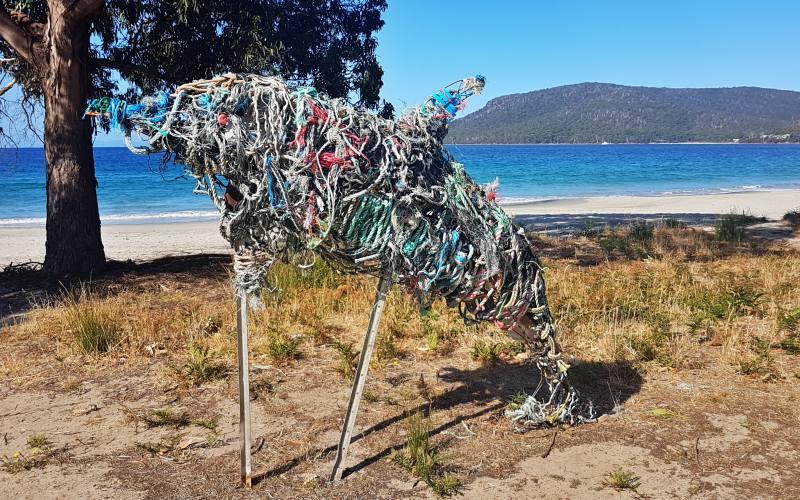 """Delfino fatto con corde da pesca sulla spiaggia """"Adventure Bay Beach"""" su Bruny Island in Tasmania"""