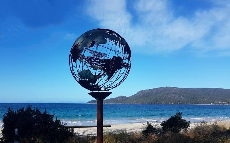 """Mappamondo con balene all'interno sulla spiaggia """"Adventure Bay Beach"""" su Bruny Island in Tasmania"""