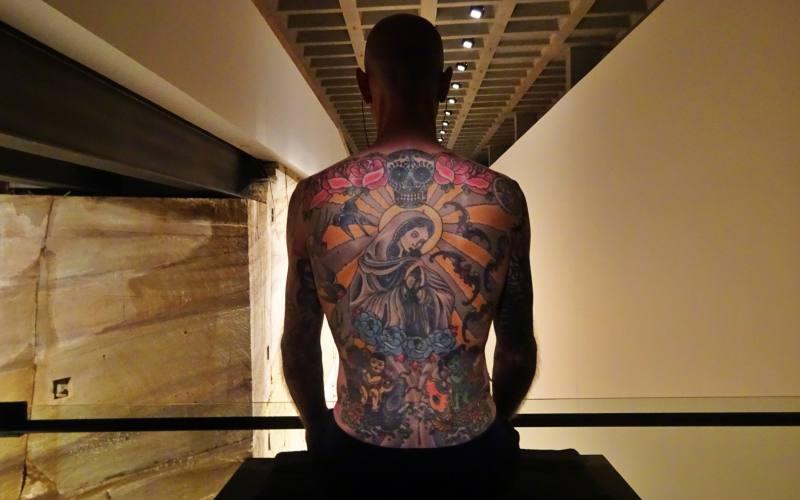 Tim, l'uomo tatuato diventato installazione vivente del MONA a Hobart in Tasmania