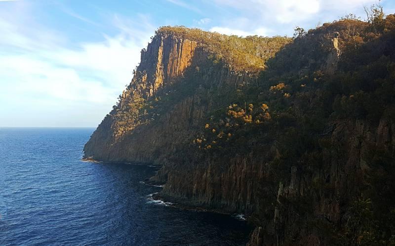 """Vista del totem di roccia e scogliera sull'oceano durante il trekking """"Fluted Cape"""" di Bruny Island"""