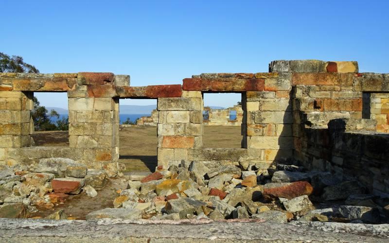 Rovine dell'ex miniera di carbone (Cole Mine Site) con vista oceano all'interno della vecchia colonia penale della Tasman Peninsula in Tasmania