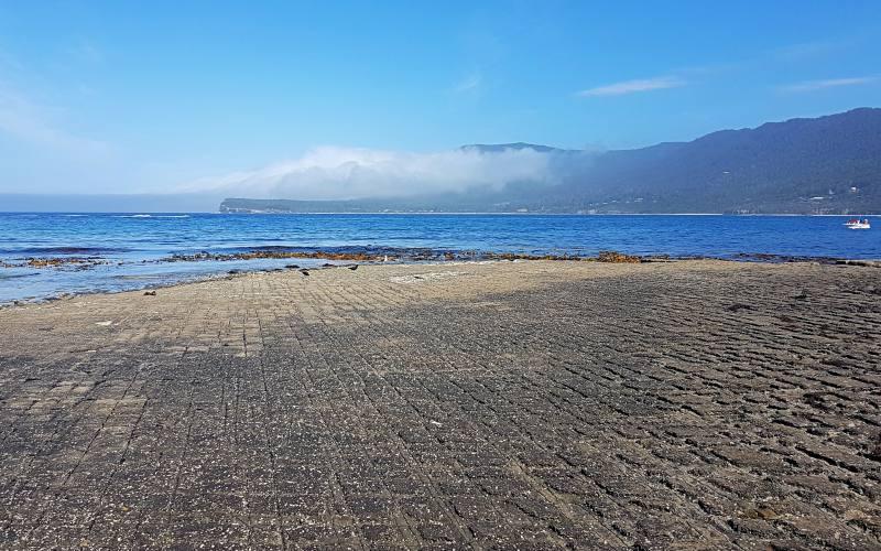 """Il pavimento tassellato """"Tessellated Pavement"""" della Tasman Peninsula visto dal livello dell'oceano"""