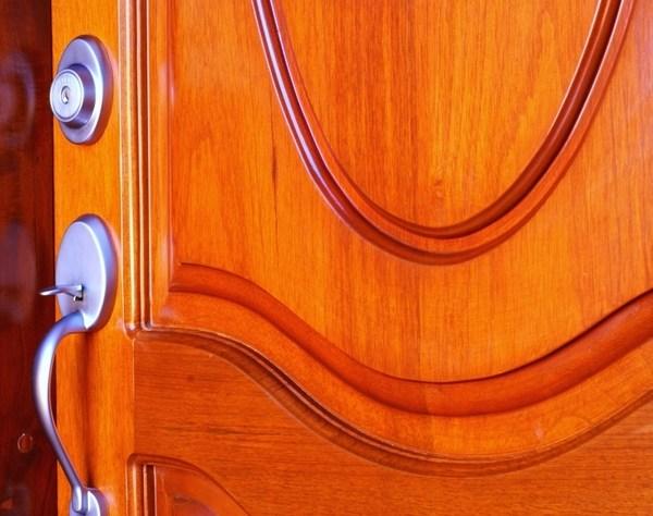 Menghilangkan Bunyi Derit Engsel Pintu