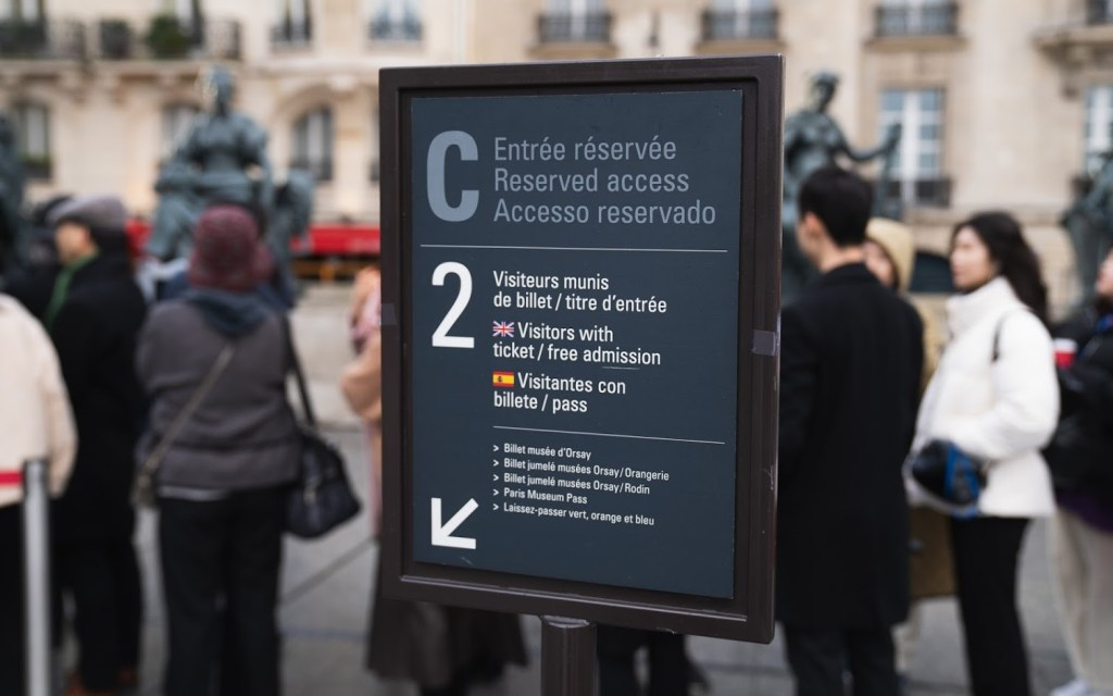 Sign for the entrance outside of the Musée d'Orsay.