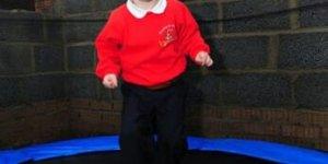 Un enfant saute de joie grâce à l'EuroMillions !