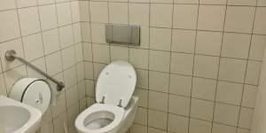 Après avoir touché le jackpot du loto, il va… réparer des toilettes