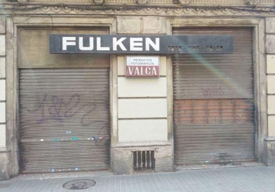 Una tienda de fotografia tradicional cerrada