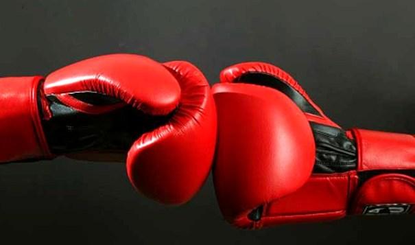 Dos guantes de boxeo impactando como representación del combate entre Huawei y Xiaomi por hacerse con el número 1 del ranking de ventas
