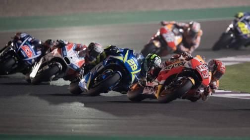 En la foto 6 motos trazando una misma curva, en cabeza Marc Márquez