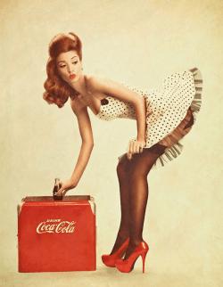 Foto de una chica pin-up en pose sugerente, con tacones muy altos y anunciando Coca-Cola