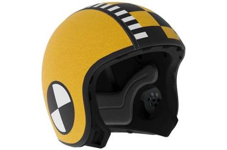 En la foto un casco del tipo jet en color amarillo con motivos dibujados a lo muñeco de pruebas dummy