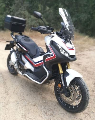 Foto de la moto tomada desde el frontal en su lateral derecho a unos 270 grados que muestra sus protecciones de caída