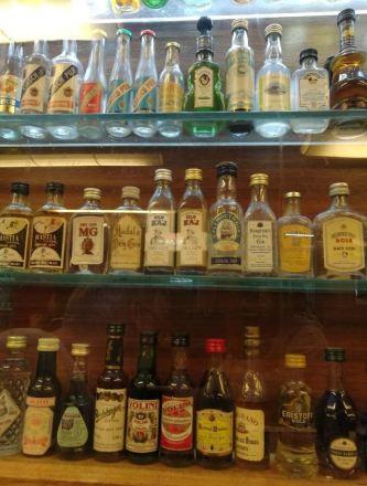 En la foto una vitrina repleta de pequeños botellines de licor