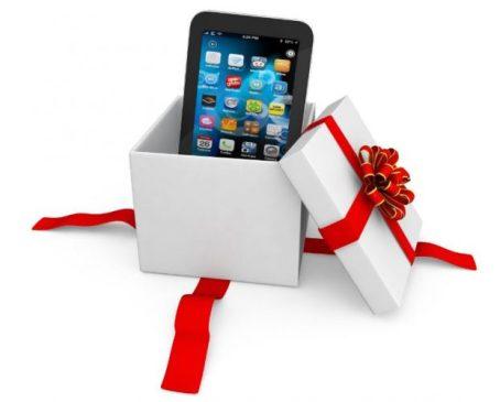 Fotografías de un teléfono móvil saliendo de una caja regalo