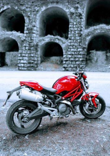 En la foto una preciosa Ducati Monster en color rojo sobre un fondo en blanco y negro