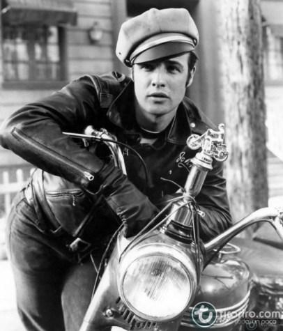 Foto en blanco y negro de Marlon Brando con una moto