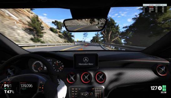 Una imagen desde el interior de un coche Mercedes Benz en el juego Project Cars