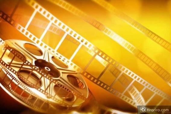 Aparece un rollo de película sensible en color dorado y oro sobre un fondo del mismo color.