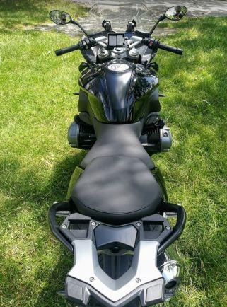 Vista aérea desde atrás de la moto mostrando sus dos plazas