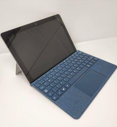 En la foto aparece la Surface Go con su teclado en color azul