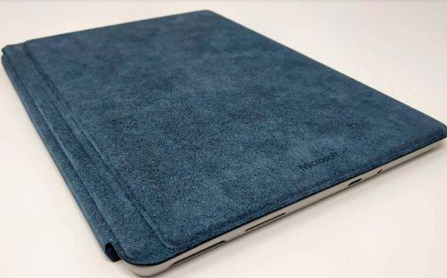 En la foto aparece la Surface Go cerrada con su teclado/tapa en color azul
