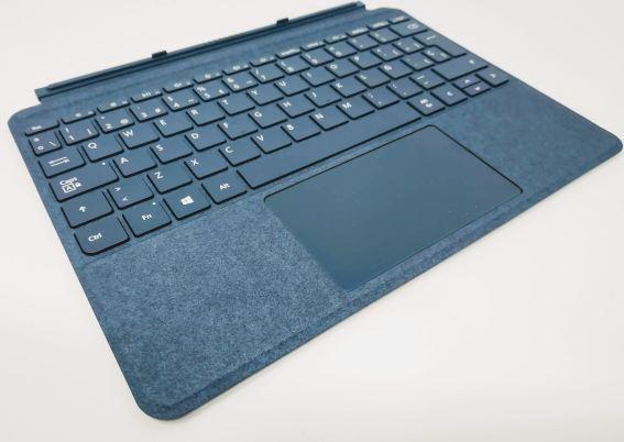 En la foto el teclado separado sin presencia de la tablet Surface Go