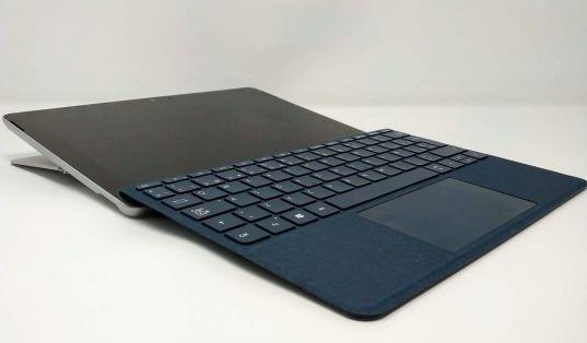 En la foto la Surface Go totalmente abierta