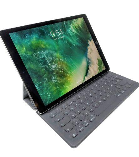 """En la foto el iPad Pro de 12,9"""" en modo atril con la funda original"""