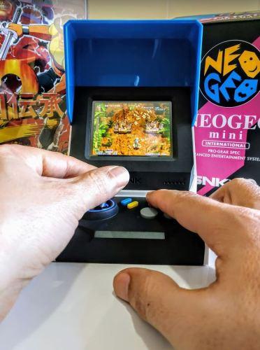 Una vista de alguien jugando con la Neo Geo Mini