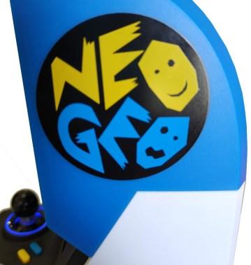 Vista lateral del logo de NeoGeo en la consola
