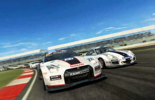 Una vista de un circuito con un Nissan en primera posición seguido de un Porsche