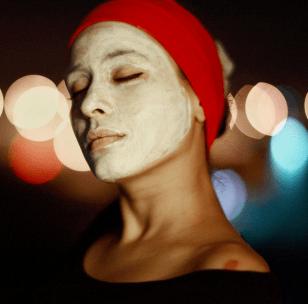 Retrato en color de una chica con una mascarilla puesta en la cara