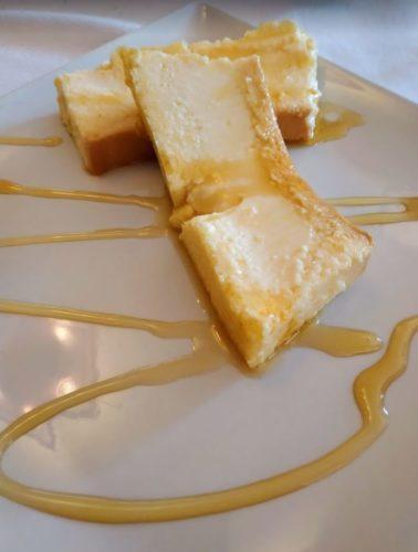 En la foto dos porciones de flan de mató con forma de corte de pudding