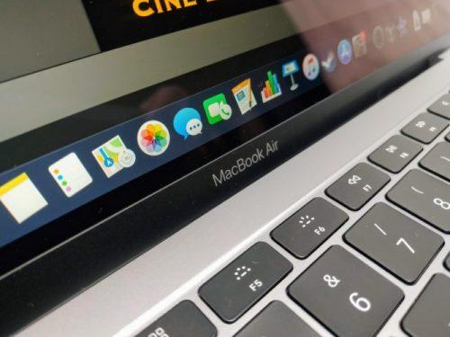 En la foto se observa que la pantalla aún refleja, aunque menos que otros portátiles de Apple