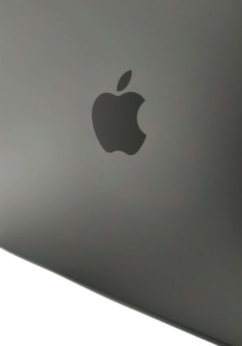 Foto macro del logotipo de Apple grabado en la tapa del MacBook Air de 2018