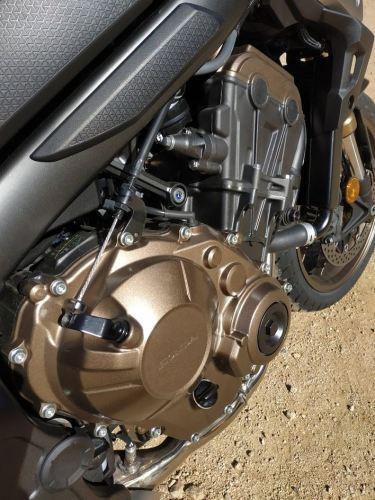 En la foto se aprecia el cable llegando a la caja de cambios de la Honda CB650R