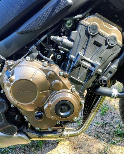 Detalle del bonito motor de la Honda CB650R acabado en colores negro y cobre que al menos a mi me recuerdan a C3PO