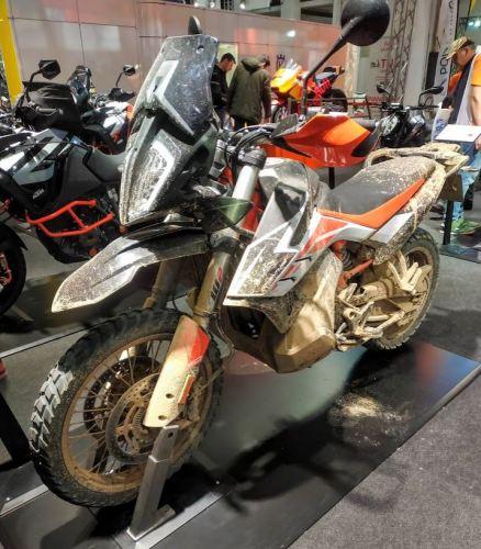 En la foto la moto trail de KTM llena de barro como si viniese de practicar offroad