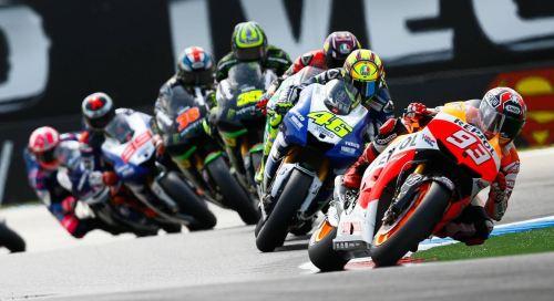 En la foto se ven 7 motos trazando una misma curva con Marc Márquez a la cabeza seguido por el piloto italiano Valentino Rossi con su Yamaha