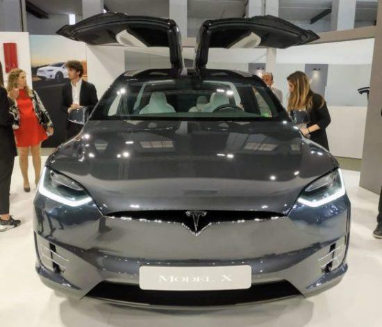 En la foto el frontal del nuevo Tesla Model X 100D con las puertas en ala de gaviota abiertas